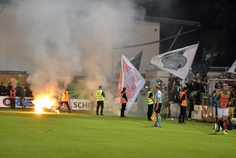 Bengalische Feuer bei Tiroler Derby