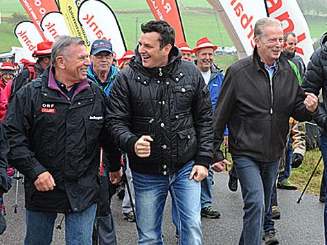 Bei der ORF Wanderung durchs Mühlviertel dabei: Vizekanzler Reinhold Mitterlehner (RE) und Marc Pircher (M) in der ersten Reihe mit Reinhard Waldenberger, dem Programmchef von ROÖ