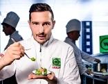 Philipp Stohner in einer Küche