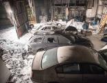 Lagerhalle mit Autos in Brand