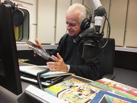 Michael Huemer betrachtet das Eela Craig Plattencover aus dem Archiv von Radio OÖ