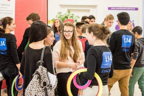 Schülerinnen informieren sich über Berufswahl