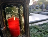 Themenbild Allerheiligen - Grabkerze auf Friedhof