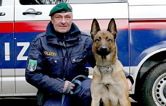 """Hundeführer Gruppeninspektor Franz Mayer und Polizeihund """"Cliff"""""""