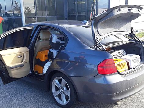 Auto mit Tiertransportboxen
