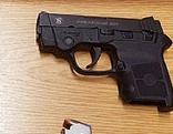 Handfeuerwaffe und Schreckschusspistole auf Tisch