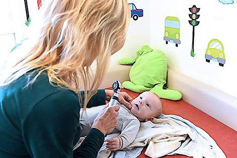 Ärztin bei Untersuchung im Kindermedizinischen Zentrum Augarten