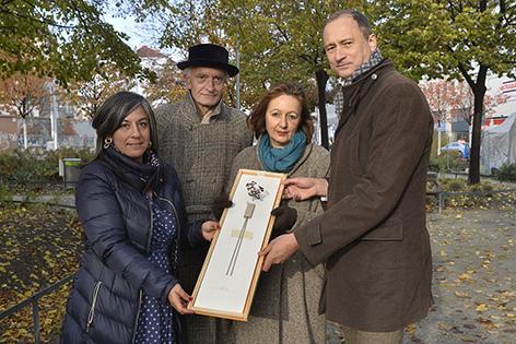 Vizebürgermeisterin Maria Vassilakou, die Künstler PRINZpod und Kulturstadtrat Andreas Mailath-Pokorny mit Siegerentwurf