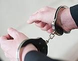 Hände mit Handschellen