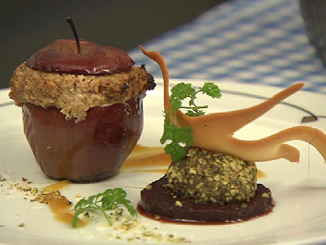 Entenleberpralinen im Kürbiskernkrokant mit kleinem Bratapfel
