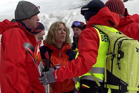 Bergretter im Schnee bei Einsatzbesprechung