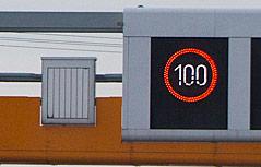 Überkopfanzeige auf Autobahn zeigt Tempolimit von 100 km/h an