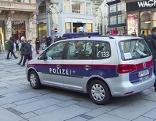 Leere Polizeiautos werden zur Abschreckung auf Wiener Plätzen und Straßen abgestellt