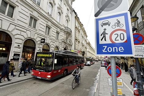 Schild Begegnungszone in der Herrengasse in der Innenstadt
