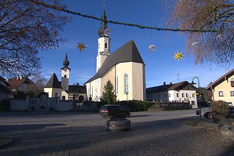 Dorfplatz von Berndorf mit Kirche