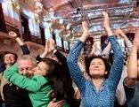 Reaktionen auf die erste Hochrechnung am Wahlfest für Van der Bellen am Sonntag, 04. Dezember 2016, anl. der Bundespräsidenten Stichwahl-Wiederholung in Wien