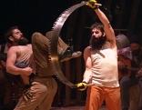 Artisten des Cirque Alfonse als Holzfäller bei der Premiere des Winterfests 2016