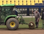 Rollrasen wird in Stadion verlegt