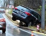 Auto auf Straßenböschung nach Unfall