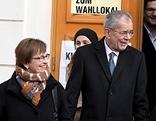 Alexander Van der Bellen und seine Frau Doris Schmidauer (l) nach der Stimmabgabe am Sonntag, 04. Dezember 2016, anl. der Bundespräsidenten Stichwahl-Wiederholung in Wien