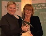 SPÖ-Stadträtin Sandra Frauenberger mit Preisträgerin Beate Wimmer-Puchinger