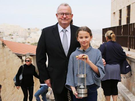 Friedenslicht-Projektleiter Günther Hartl mit Friedenslichtkind Melanie Walterer