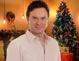 Manuel Horeth vor Weihnachtsbaum
