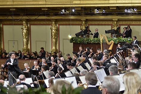 """Dirigent Gustavo Dudamel (L) und die Wiener Philharmoniker am Freitag, 30. Dezember 2016 im Rahmen der Voraufführung des """"Neujahrskonzerts 2017"""" im Wiener Musikverein"""