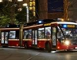 Obus in der Stadt Salzburg in der Nacht