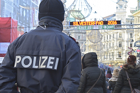 Beamte der Polizei überwachen am Samstag, 31. Dezember 2016, den Silvesterpfad zum Jahreswechsel 2016/17 in der Wiener Innenstadt