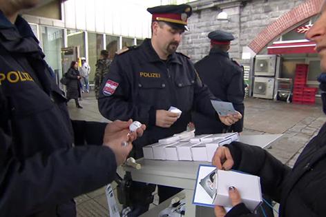 Polizei verteilt Taschenalarme in Wien