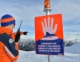 Themenbild Bergrettung Berg Rettung Hund Lawinengefahr Lawine Schild Schnee Pieps Suchhund Hubschrauber Transport