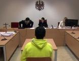 Jugendlicher Angeklagter bei Prozess vor Gericht