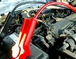 Starthilfe mit Kabeln zu Autobatterie