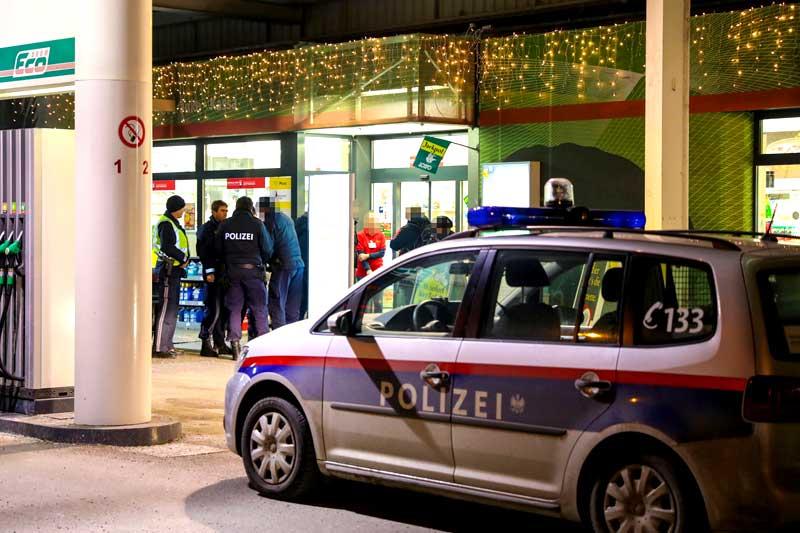 Polizeiauto vor überfallener Tankstelle