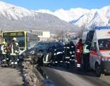 Bei dem Busunfall in Imst wird der PKW-Lenker schwer verletzt.