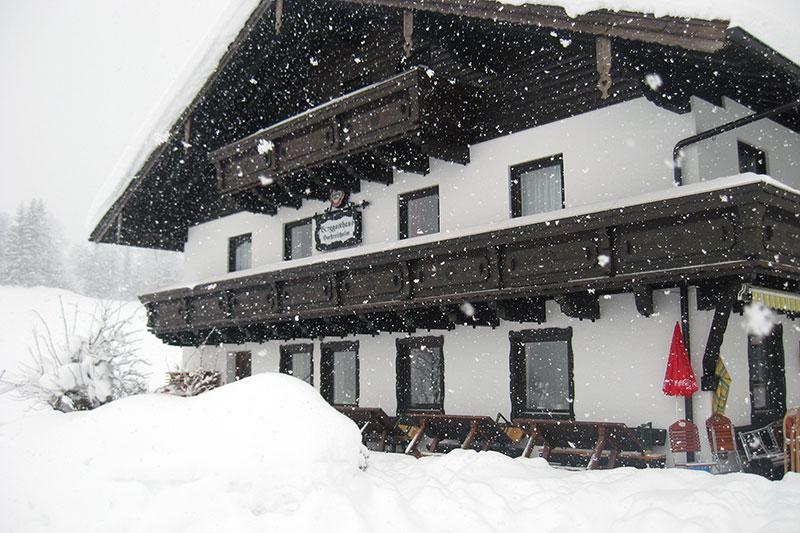 Der Berggasthof Hochreith (Hochreithalm) bei Schneefall im Schnee