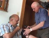 Landarzt Dr. Walter Titze aus Unterach bei einem Hausbesuch.