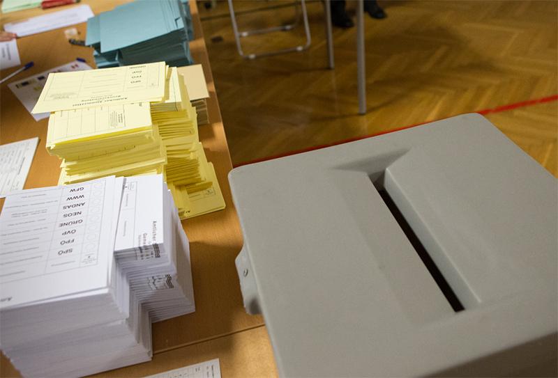 Wahlzettel und Wahlurne