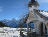 Kapelle in winterlicher Berglandschaft