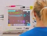Pflegeperson vor Monitor
