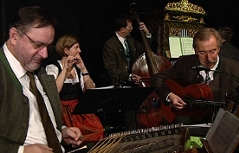 Musiker beim Tobi Reiser Adventsingen in der Großen Aula der Universität Salzburg