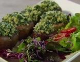 Gefüllte Pilzhüte auf einem Teller mit Salat