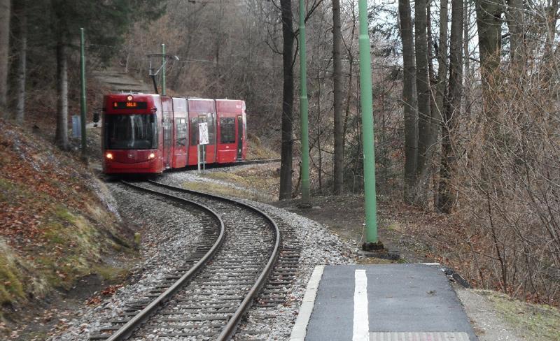 Zug der Igler Bahn kommt zur Haltestelle Tummelplatz