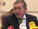 Bürgermeister Heinz Schaden mit Mikrofonen bei Pressekonferenz