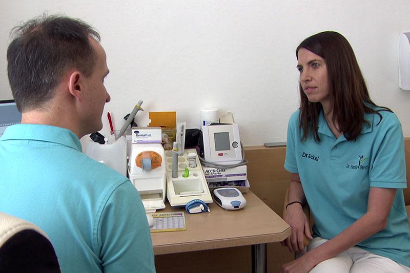 Praktischer Arzt im Gespräch mit Kollegin