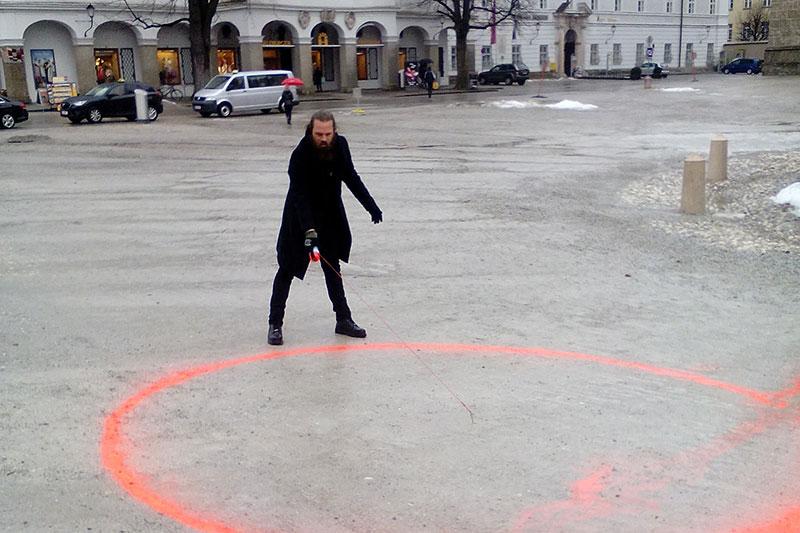 Bildhauer Daniel Toporis sprüht Kreis auf den Residenzplatz - dort, wo die Bücherverbrennung 1938 tatsächlich stattgefunden hatte