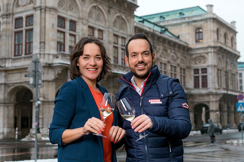 Patrick Budgen & Eva Pölzl vor der Staatsoper