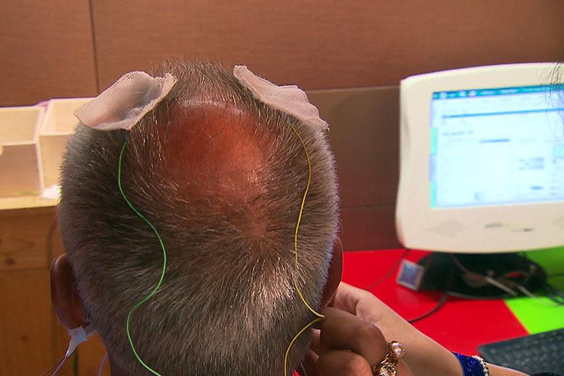 Patient bei Neurofeedback Training mit Elektroden am Kopf