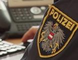 Polizist tippt am Computer